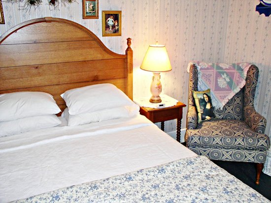 1870 Roebling Inn on the Delaware : Queen Riverview guestroom with fireplace