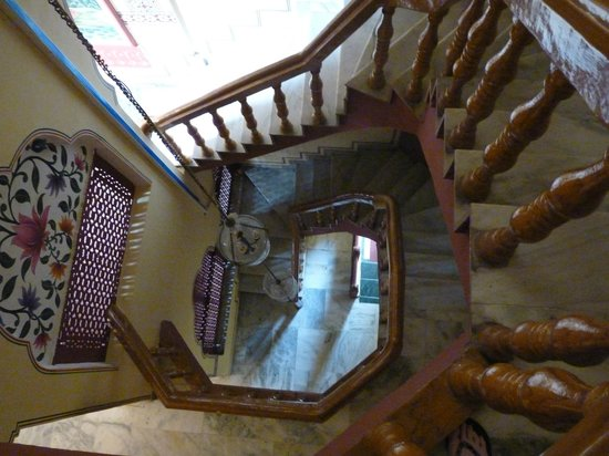 Umaid Bhawan Heritage House Hotel: Beautiful staircase, but there is a working lift!