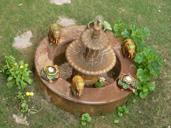 Umaid Bhawan Heritage House Hotel : Fountain in courtyard