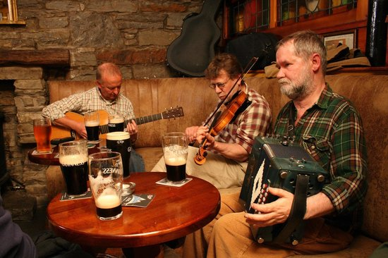 Miltown Malbay, Irland: Hillery's Bar  - Traditional Irish Music Session -