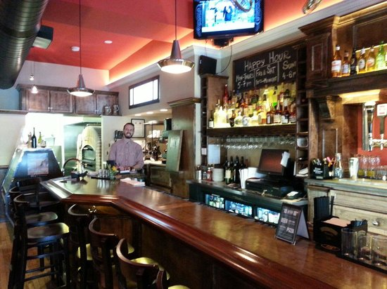 Pag's Pub & Pizza: Open kitchen and smiling faces.