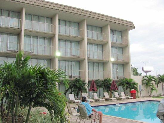 Ramada Hialeah/Miami Airport: Área da piscina.