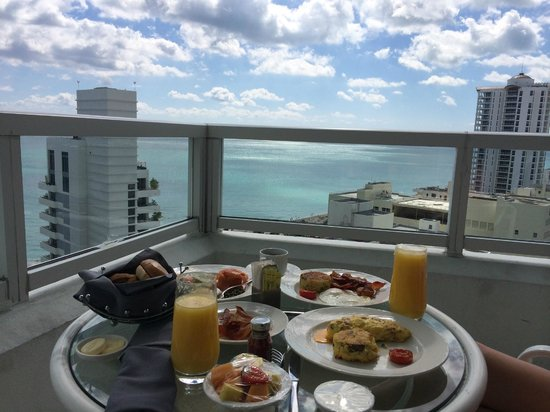 Fontainebleau Miami Beach: Breakfast with a view
