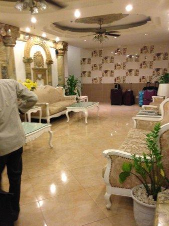 Hanoi Meracus Hotel 1: Groundfloor lobby just behind the reception area