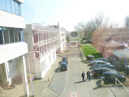 Golden Tulip Leiden Centre : quiet view of hotel car park