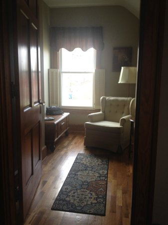 Lawrenceburg Bed and Breakfast: Small reading room off our bedroom