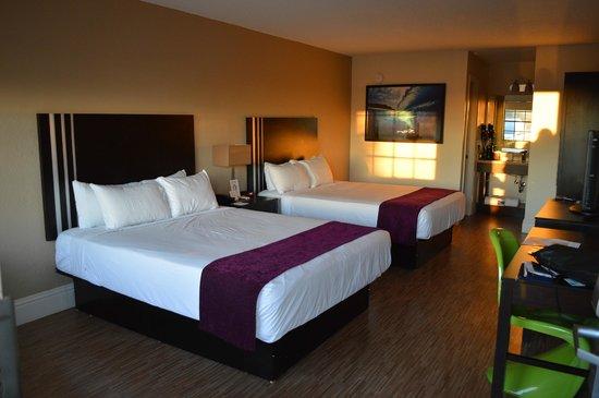 Avanti International Resort: Apartamento com 2 camas queen, frigobar e tv a cabo.