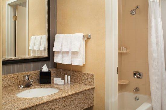 Courtyard Detroit Warren : Suite Bathroom