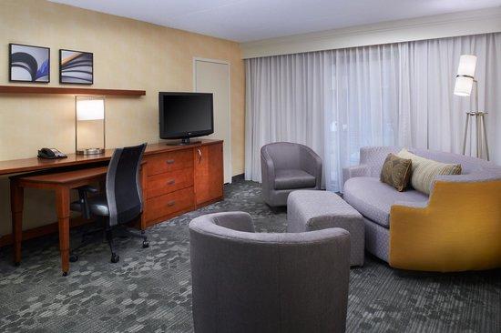 Courtyard Detroit Warren : Suite Living Room