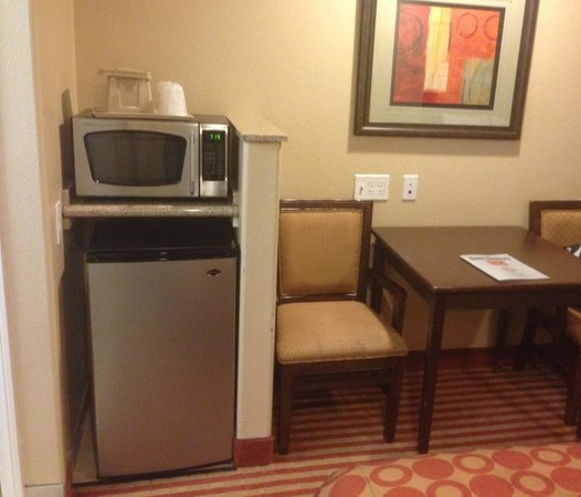 Econo Lodge Inn & Suites Near Legoland: Nice refrigerator and Microwave