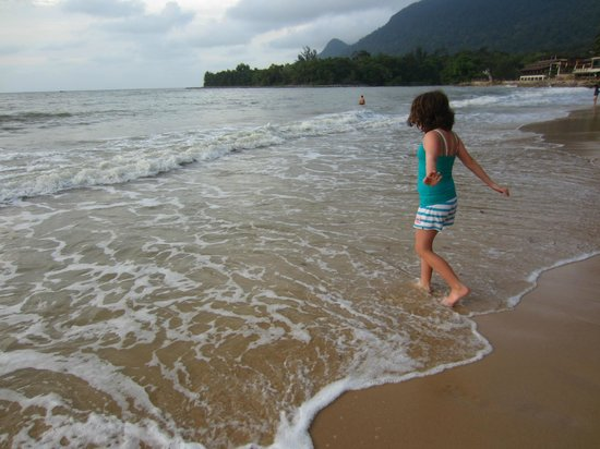 Damai Beach Resort : Playing in the surf