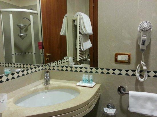 Amalfi Hotel: O banheiro é uma graça porem o box é muiiiito pequeno.