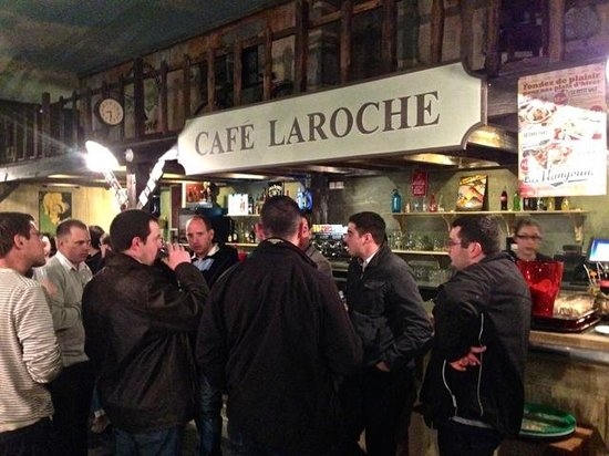 La Mangoune: The bar with table-waiting guests