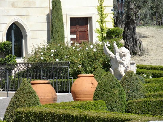 Del Dotto Vineyard & Caves : Gardens at the entrance