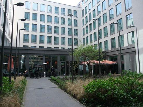 Park Inn by Radisson Brussels Midi : Access to the hotel - through a court yard