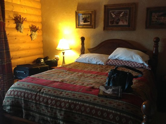 Elkwood Manor Bed & Breakfast: Very comfortable bed with multiple pillows