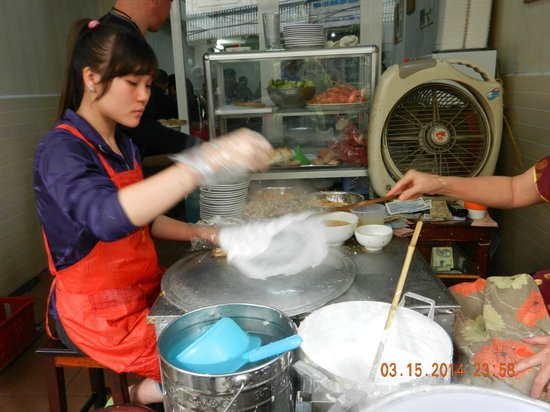 Hanoi Cooking Centre: Making Rice cakes