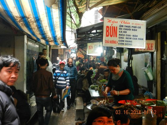 Hanoi Cooking Centre: Food stalls at NGO Dong Xuan