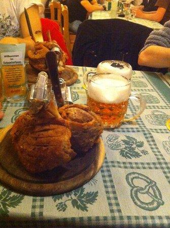 Schweizerhaus: Stinco e birra in tavola