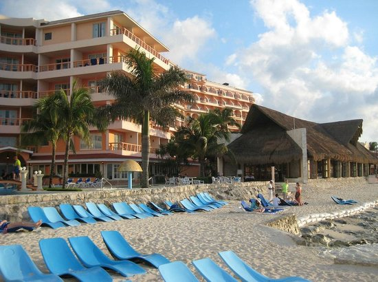 El Cozumeleno Beach Resort : beach area, with older wing in forefront