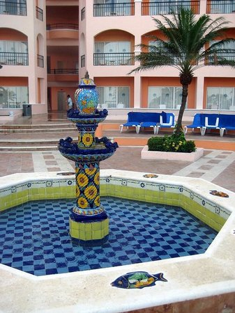 El Cozumeleno Beach Resort: Fountain in front of the newer wing
