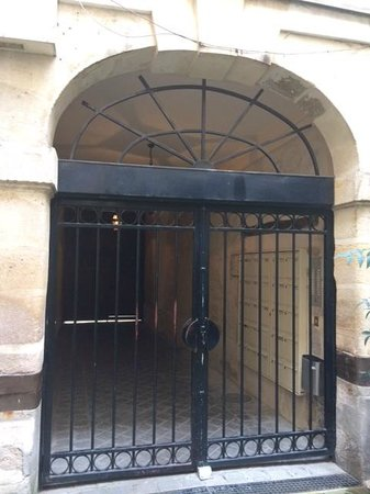 Bed and Breakfast Delareynie : entrace to building from within the courtyard