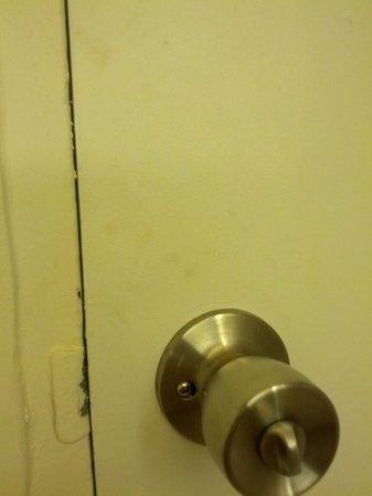 Hilton Curacao: Fingerprints/filth all over the bathroom door when we arrived.