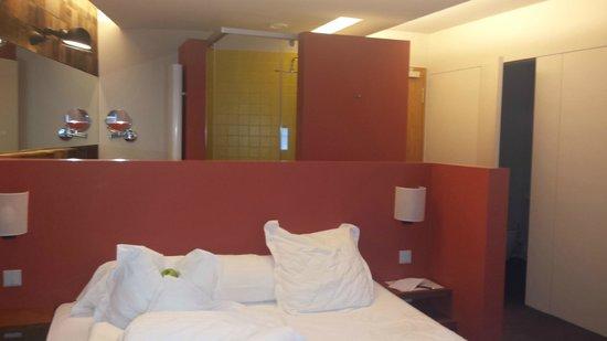 The Seven Hotel : Séparation salle de bain-chambre, un muret. Très original.
