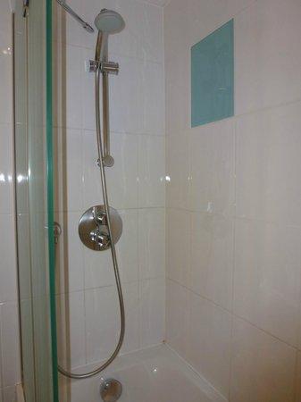 Novotel London West: Shower