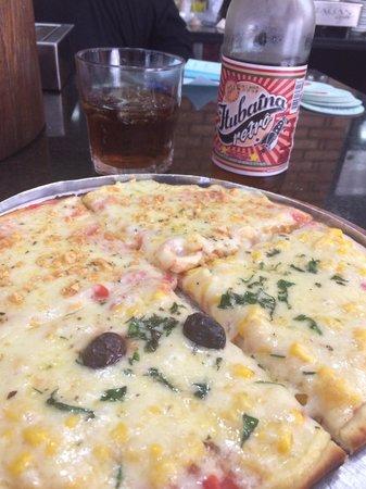 Pizzaria Sao Pedro : Pizza individual no balcão com uma Itubaina