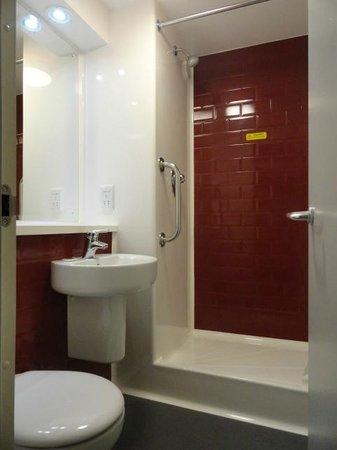 Travelodge London Clapham Junction Hotel: El baño, pequeño pero suficiente. ¿Lo importante? Buena presión