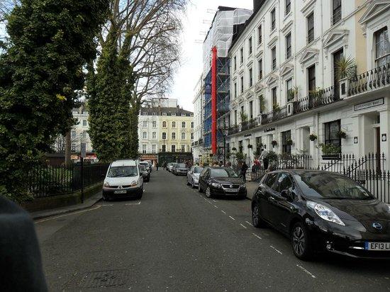 Shakespeare Hotel: Calle frente al hotel (dcha)