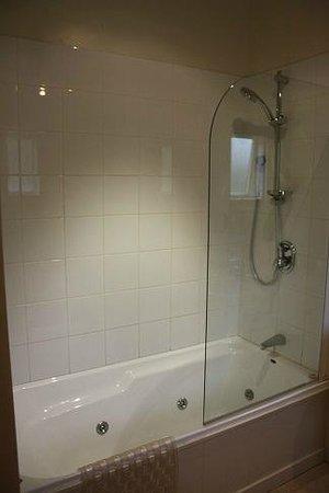 Shades of Arrowtown: Bathroom in Unit 8