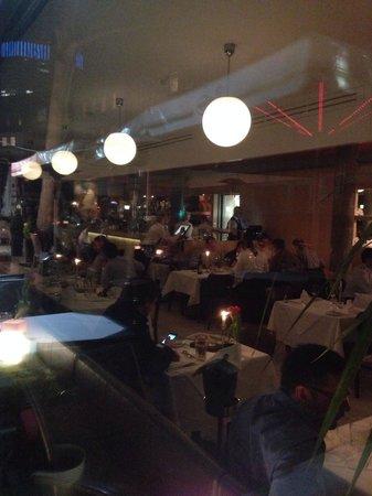 Restaurant Medici : Вечер. Вид с улицы