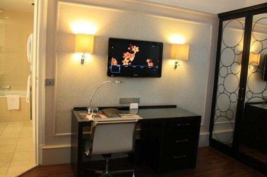 Paris Marriott Opera Ambassador Hotel: Desk/ tv