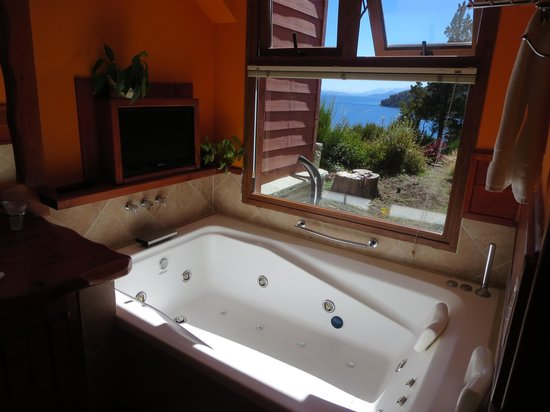 Charming Luxury Lodge & Private Spa : View from the jacuzzi tub