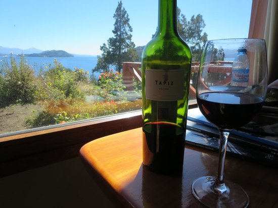 Charming Luxury Lodge & Private Spa: Malbec in the sitting area with view of the lake