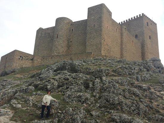 Castillo de Segura de La Sierra: Vista desde la base del castillo.
