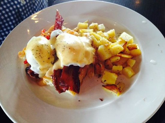 Bleu Olive: Poached eggs with bleu cheese sauce