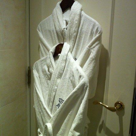 Stanhope Hotel: Peignoirs dans la salle de bain