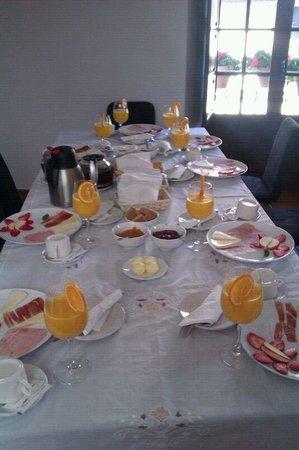 Hotel Ronda : Desayuno para 8 en el apartamento!