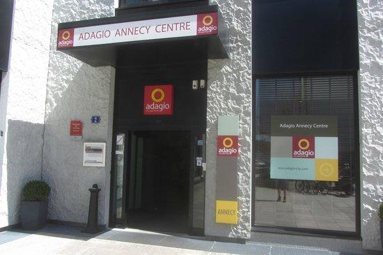 Adagio Annecy Centre : L'entrée de l'hôtel