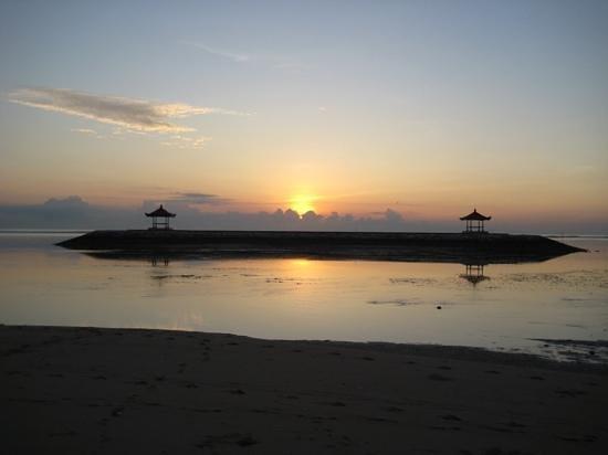 Griya Santrian: Sunrise on the beach