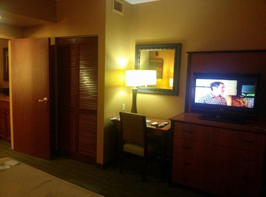 Embassy Suites by Hilton East Peoria - Hotel & RiverFront Conf Center: The bedroom