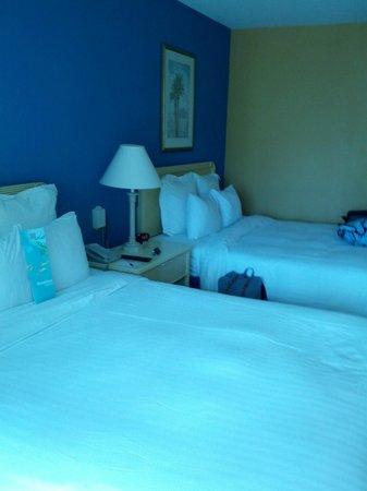 Curacao Marriott Beach Resort & Emerald Casino: Two beds in room.