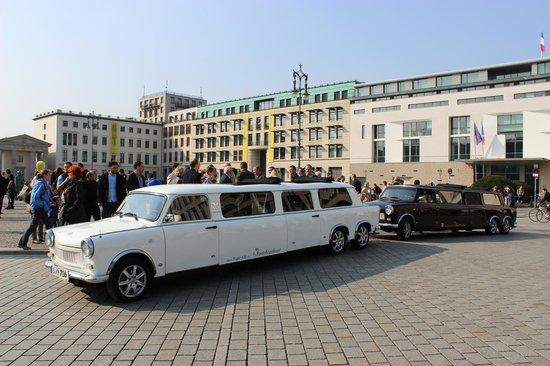 Trabi-XXL - Day Tours: Zwischenstop am Brandenburger Tor danach weiter zum Friedrichstadtpalalst