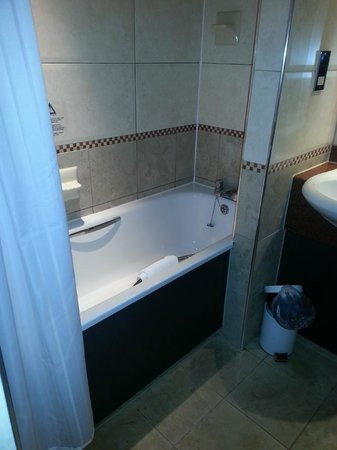Mercure Chester Abbots Well Hotel : Clean bathroom with an excellent shower