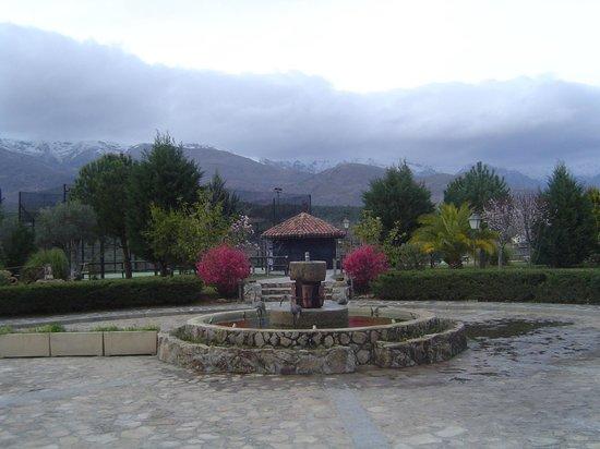 El Balcon de la Vera Hotel Restaurante: Vista desde la entrada: Sierra de Gredos