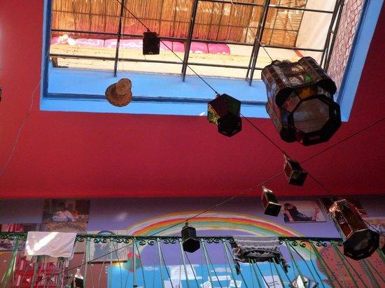 Rainbow Marrakech Hostel: Le puits de lumière au centre du riad
