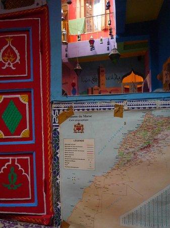 Rainbow Marrakech Hostel : Carte du Maroc et vue dans le miroir sur les étages supérieurs du riad
